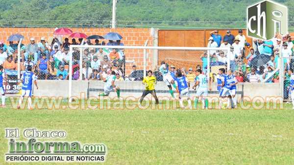 Escena del primer gol, convertido por Marco Andia (FOTO: JULIO ESCOBAR CASTRO)