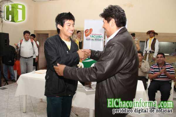 Ejecutivo Seccional Marcial Rengifo felicitando a uno de los beneficiarios.