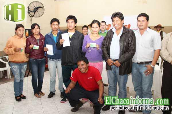 Universitarios beneficiados con la beca, junto a Marcial Rengifo.