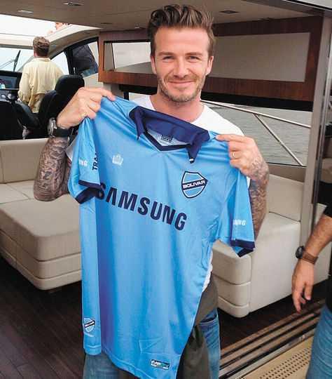 David Beckham mostrando la camiseta de Bolivar. (FOTO: INTERNET)