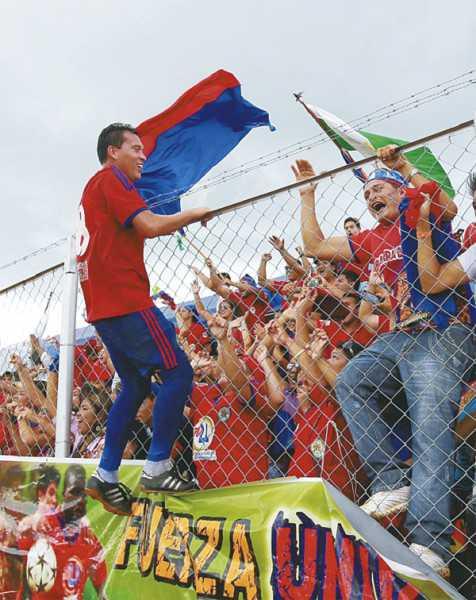 Nicolás Suárez festeja el ascenso con los hinchas de Universitario. (Foto: Jorge Gutiérrez)