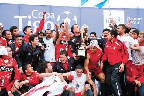 Una vez recibido el trofeo de campeón, los integrantes de la 'U' comienzan la celebración: '¡Campeones!'. (FOTO: LUIS SALAZAR)