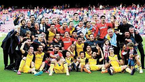 celebración. Dirigentes, cuerpo técnico y jugadores, muchos con sus hijos, dan rienda suelta a su alegría tras conquistar el campeonato. (FOTO: AFP)