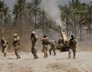 """Soldados iraquíes durante un enfrentamiento con suníes autodenominados """"Estado Islámico"""". El enfrentamiento se registró en el sur de Bagdad, Iraq. (FOTO: REUTERS)"""