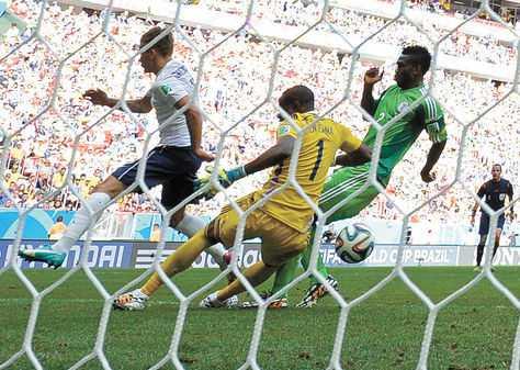 Autogol. El segundo tanto de Francia, en el primer minuto de adición. La pelota le rebotó a Yobo. (FOTO: AFP)
