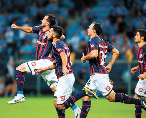 FESTEJO. Jugadores de SanLorenzo celebran el pase a semifinales después de empatar con Cruzeiro. (FOTO: AFP)