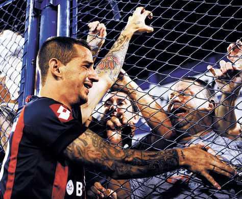 Figura. Romagnoli celebra un gol con la hinchada de SanLorenzo. (FOTO: AFP)