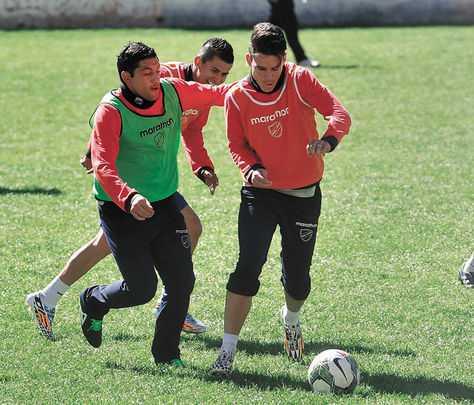 Práctica. Flores (izq.), Arce (atrás) y Callejón, durante el entrenamiento de ayer en Tembladerani. (FOTO: WARA VARGAS)
