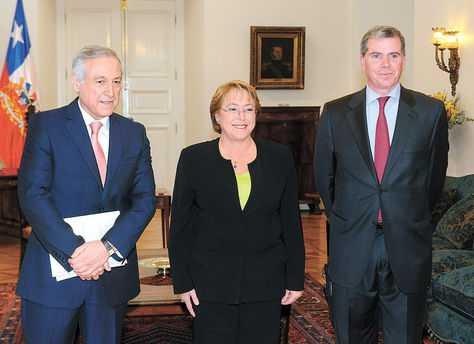 Santiago. El canciller de Chile, Heraldo Muñoz, la presidenta Michelle Bachelet y Felipe Bulnes. (FOTO: EFE)
