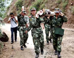 Militares chinos ayudan a una persona herida a causa del terremoto. (FOTO: AFP)