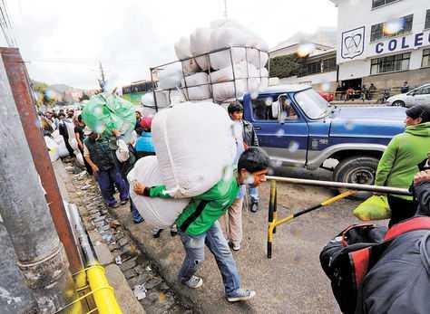 Comercialización. Vendedores al detalle de coca retiran el producto de la sede de Adepcoca, en La Paz, para llevarlo al interior del país. (FOTO: LA RAZÓN)