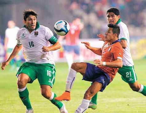 Disputado. El chileno Alexis Sánchez procura el balón ante la marca del capitán boliviano Ronald Raldes y el zaguero Edward Zenteno, durante el cotejo jugado en Coquimbo. (FOTO: EMOL)