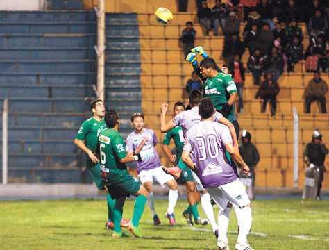 El arquero José Peñarrieta gana en el salto y rechaza. (FOTO: AFKA)