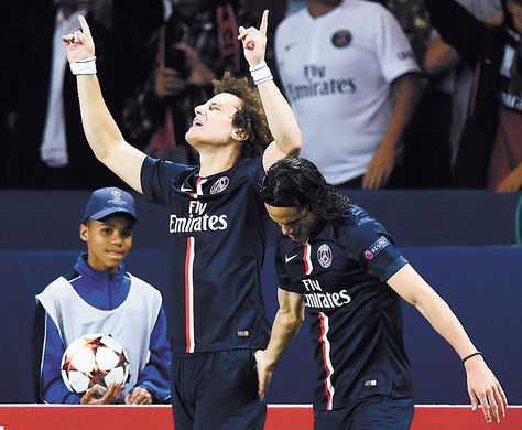 Festejo. David Luiz (izq.) es congratulado por Cavani, tras el primer gol del PSG. (FOTO: AFP)