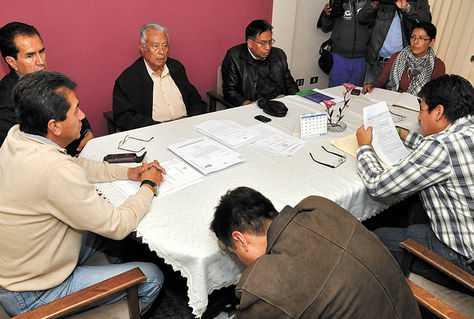 Reunión. Miembros del Tribunal de Resolución de Disputas (TRD) en una sesión anterior en Cochabamba. (FOTO: FERNANDO CARTAGENA)