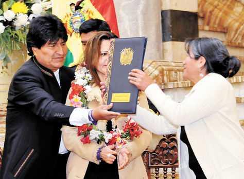 Promulgación. El presidente Evo Morales entrega la reglamentación a las organizaciones sociales. (FOTO: ABI)