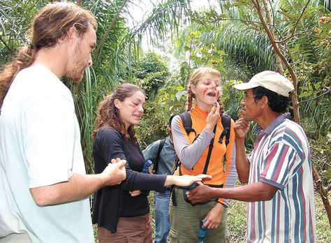 Recorrido. Un guía comunitario explica algunas costumbres a los visitantes en el oriente del país. Viceministerio de Turismo.