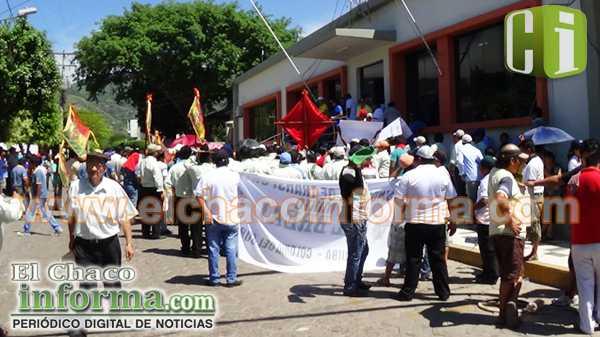 Dirigentes del transporte junto a sus afiliados, en puertas del Gobierno Municipal de Yacuiba.