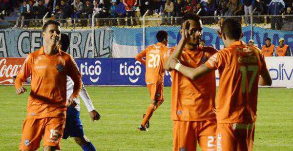 Bolívar estrenó su nueva camiseta goleansdo a San José por 6-1 en la vuelta al estadio Siles. (FOTO: EL DEBER)