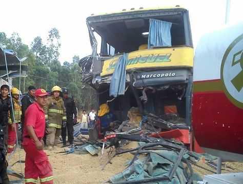 El hecho se produjo aproximadamente a las 06:00, cuando chocaron la vagoneta, un camión y dos buses de transporte. (FOTO: LA RAZÓN)