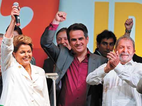 Festejo. Dilma Rousseff, junto al exmandatario Lula da Silva, celebra su reelección a la presidencia de Brasil.