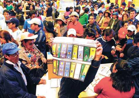 Un jurado electoral muestra la papeleta en los comicios de 2009. Una escena similar tendrá lugar el 12 de octubre. (FOTO: LA RAZON)