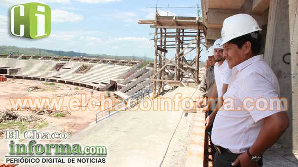 Marcial Rengifo junto a técnicos de la Sub Gobernación, realizó la inspección a las obras de construcción del Estadio de Yacuiba.