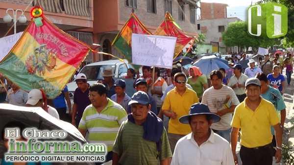 Gremialistas, asociación de libre cambistas y dirigentes de mercados municipales marcharon por las calles de Yacuiba.