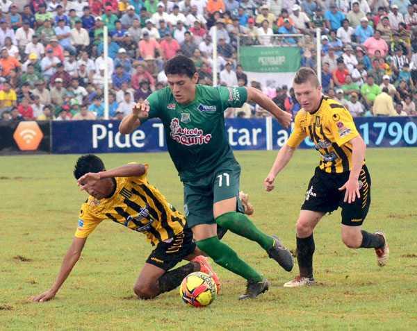 Escena del encuentro disputado en el Estadio Federico Ibarra entre Petrolero de Yacuiba y The Strngest de La Paz. (FOTO: EL DIARIO)
