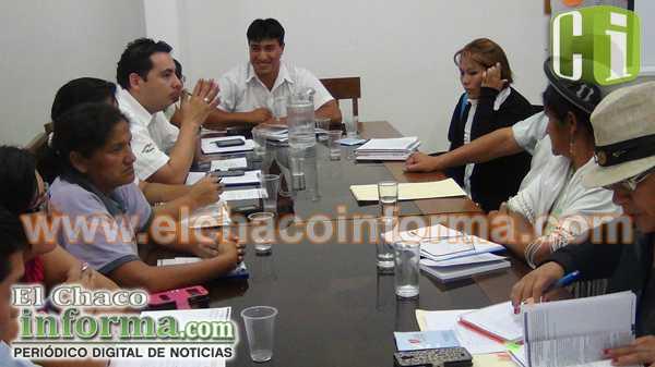 Técnicos del Gobierno Regional trabajan con miembros de la Asamblea Departamental.