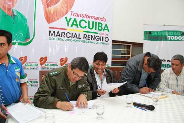 Autoridades y dirigentes firman el convenio que fortalece la seguridad ciudadana en Yacuiba (foto archivo)