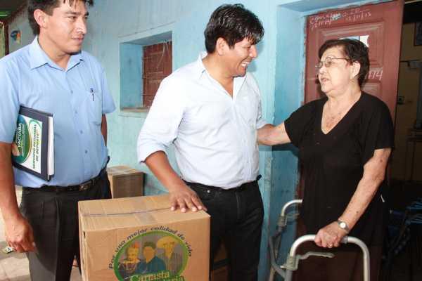 Entrega de la canasta alimentaria en los barrios de la ciudad de Yacuiba.
