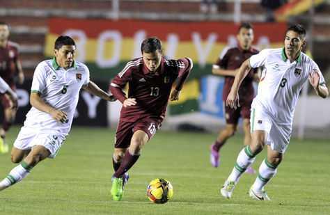 Luis Seijas (C) de Venezuela, escapa ante la marca de Miguel Hurtado (L) y Luis Gutierrez de la selección boliviana. (Foto: AFP)