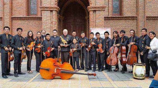Orquesta Municipal de Cuerdas Yacuiba, junto al maestro y músico francés, Antonie Duhamel.