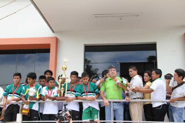 Selección Sub 14 de futsal, junto al Alcalde Carlos Brú.