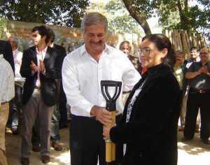 SALVADOR MAZZA: EL SUBSECRETARIO DE PUEBLOS INDÍGENAS DE LA PROVINCIA CHOCÓ A UN MOTOCICLISTA