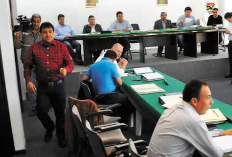 igente. Jorge Decormis (izq.), presidente de la Liga, en una reunión. (FOTO: FERNANDO CARTAGENA)