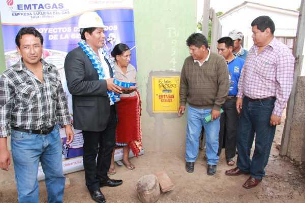 Autoridades y dirigentes inauguran las instalaciones de gas.
