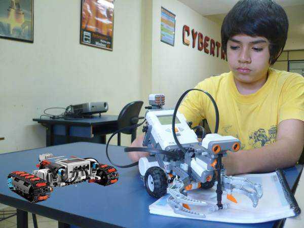 Alumno del curso de robótica llevado adelante por UCANET.