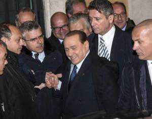 Saludos. El ex premier Silvio Berlusconi, ayer, tras una reunión de su partido, Forza Italia. /ANSA