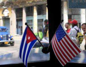 Las banderas de EE.UU. y Cuba en un clásico auto norteamericano, en las calles de La Habana.