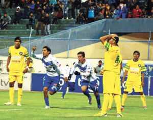 Gol. Ronald Puma (24), de San José, festeja el tanto que anotó; su compañero Mauro Bustamante se suma a la celebración; mientras, los defensores de Sport Boys se lamentan. AFKA.