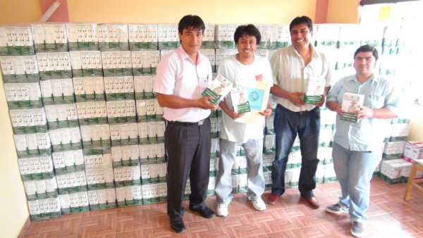 Autoridades de salud del Gobierno Regional de Yacuiba, en la entrega de los suplementos nutricionales.