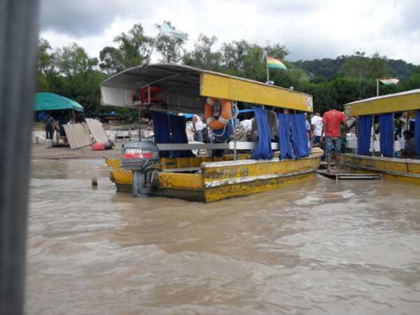 """Paso fronterizo conocido como """"Las Chalanas"""", sobre el río Bermejo."""