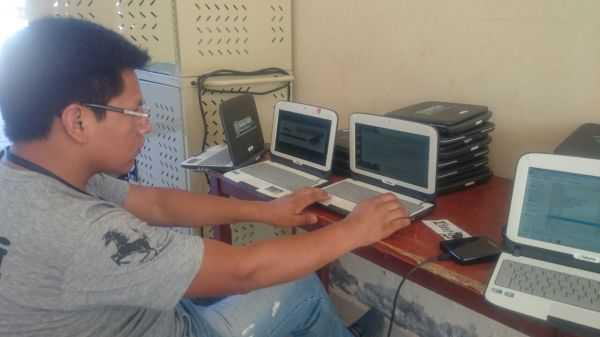 Personal de UCANET poniendo a punto los equipos de computación.