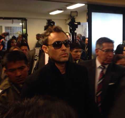El momento de la llegada Jude Law al aeropuerto de El Alto.