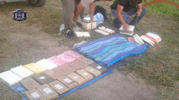 Instantes en que efectivos de la División de Drogas Peligrosas realiza el procedimiento.