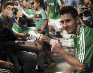 Lionel Messi durante un partido a beneficio en Medellin Colombia, el dia 29 de junio. (AP Photo/Luis Benavides)