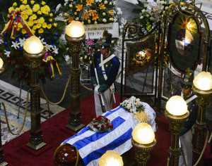La sede del Parlamento uruguayo albergó la ceremonia de despedida de Eduardo Galeano, autor fallecido el lunes a los 74 años. (Foto: AP)