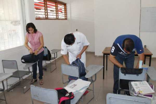 Algunos estudiantes estarían llevando en las mochilas sustancias alcohólicas y otras que no son permitidas. (Foto referencial)